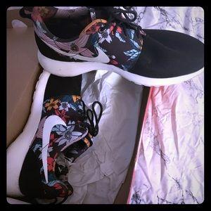 Gently used floral women's rosche run nike sneaker